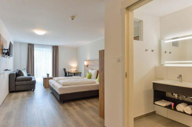 maiershotel-parsberg-erfolg-erlebnis-entspannung-modern-tagung-seminar-bayern-familie-gastfreundschaft-zimmer-room-big-grossezimmer-appartement-schlafen-komfort-comfort (7)