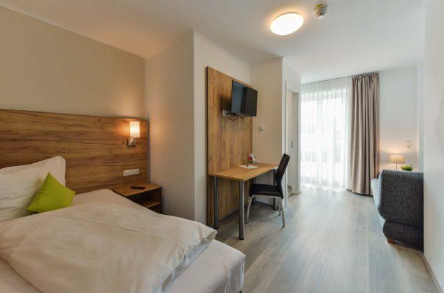 maiershotel-parsberg-erfolg-erlebnis-entspannung-modern-tagung-seminar-bayern-familie-gastfreundschaft-zimmer-room-big-grossezimmer-appartement-schlafen-komfort-comfort (15)